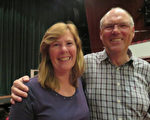從事保險業的Fred Keers 先生與Cory Keers 夫人敬佩神韻藝術家們的高超技藝。 (文華/大紀元)