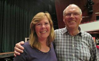 从事保险业的Fred Keers 先生与Cory Keers 夫人敬佩神韵艺术家们的高超技艺。 (文华/大纪元)