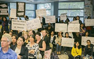 3月28日晚上,上百位家长在学区会议上发言,反对学区匆忙决定采用新版性教材。(曹景哲/大纪元)