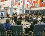3月28日晚上,上百位家長在學區會議上發言,反對學區匆忙決定採用新版性教材。(曹景哲/大紀元)