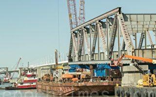 3月28日,舊海灣大橋最後一塊橋體被拆除。(王洪生/大紀元)