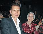 好莱坞著名音乐家、创作歌手、吉他手,导演和演员James Intveld与80岁的母亲Ellen都非常喜欢神韵演出。(刘菲/大纪元)