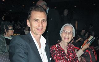 好萊塢著名音樂家、創作歌手、吉他手,導演和演員James Intveld與80歲的母親Ellen都非常喜歡神韻演出。(劉菲/大紀元)