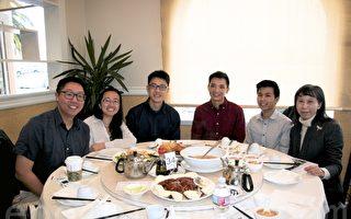 领导青年前进的陈瑞恩、周思妤、李宗泽、张凯旻、李宇轩(从左至右)和台中-库柏蒂诺市友谊城市协会会长李汉文(右一)一同出席记者会,介绍2017年LYF夏令营的活动计划。(李霖昭/大纪元)