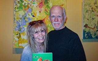 3月28日晚,藝術家Bill Buerger先生與太太企業主Gail McTune觀賞了美國神韻國際藝術團在南加州千橡樹市的2017年首場演出,夫婦二人收穫滿滿走出劇場。(大紀元/李清怡)