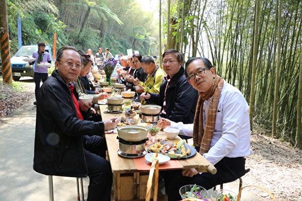 近三百人享用在地特色風味餐,阿管處處長馬惠達(左)及嘉義縣文化觀光局局長許有仁(右)也來捧場。(李擷瓔/大紀元)