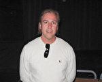 交通運輸公司老闆Peter Barker-Homek觀看了神韻國際藝術團3月29日下午在南加州千橡市文娛藝術廣場弗雷德Kavli劇院的演出後讚歎神韻以美麗的舞蹈展現歷史,展現神性。(劉菲/大紀元)