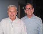 來自威斯康辛州Jack Bothwell(右)與朋友Rob Krohlow(左)一同前來欣賞神韻。(劉菲/大紀元)
