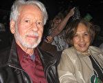 3月29日下午,城市規劃師Wolf Ascher與太太Nubia Ascher一起觀賞了美國神韻國際藝術團在南加州千橡市的第二場演出,讚美神韻完美壯觀 。(林貞/大紀元)