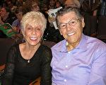 退休商人Jerry O'Conner與女友Bea Chaney於3月29日下午一起到千橡市弗雷德Kavli劇院觀賞神韻晚會。(李旭生/大紀元)