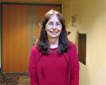 大學系主任Mary Shepanski3月29日晚觀賞了神韻在南加州千橡市的演出,認為「無與倫比」。(任一鳴/大紀元)