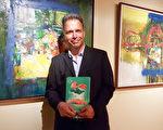 千橡市政府工作人員Ken McDonald先生觀看了神韻國際藝術團在南加州千橡文娛藝術廣場-富來德•卡維禮劇院的第三場演出後說,在劇院的三小時一晃即過,他度過了一個美好的夜晚。(Thanh Le/大紀元)