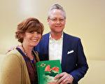 銀行投資家Richard Olson先生攜太太Annie Olson觀看了3月29日晚神韻國際藝術團在南加州千橡市的演出後表示,享受每一分鐘。(Thanh Le/大紀元)