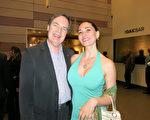 著名美容專家Ana Pellegrini和身為會計師的先生Jost Rhodius觀看了神韻國際藝術團於3月29日晚在富來德·卡維禮劇院的演出。(李旭生/大紀元)