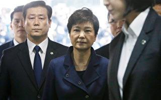 2017年3月30日,南韓法院審理對前總統朴槿惠(圖中)聲請的羈押令狀,涉嫌受賄的朴槿惠親自出庭應訊。(Ahn Young-joon/POOL/AFP)