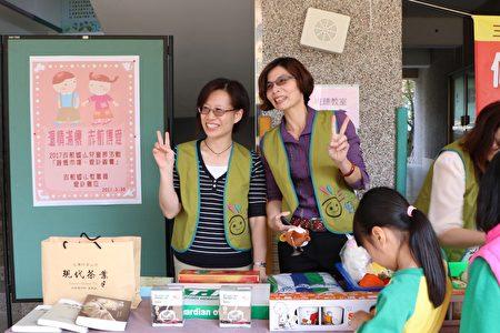 (左起)家长会长庄明娟及校长吴秋锋也到义卖摊位帮忙。(李撷璎/大纪元)