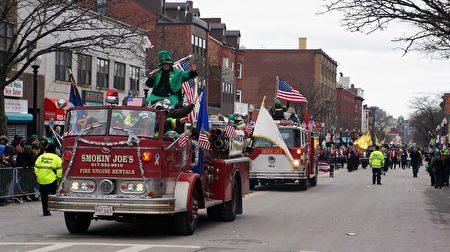 波士顿圣派翠克节游行队伍。(贝拉/大纪元)