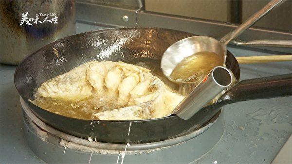 炸鱼(新唐人提供)