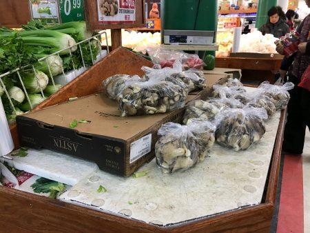 为应对暴风雪来袭,华人抢购囤货,法拉盛中国超市内的部分食品货架几乎被抢空。 (林丹/大纪元)