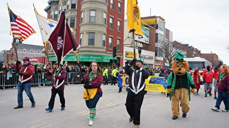 波士顿华埠狮子会参加圣派翠克节游行。(贝拉/大纪元)