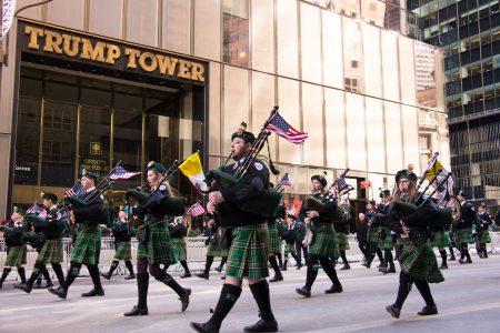 圣派翠克节庆游行中的纽约市警察局仪仗队。