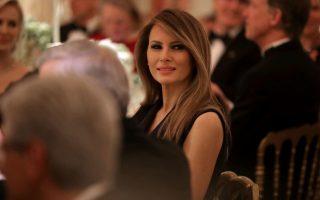 第一夫人梅兰妮亚在主持了第一个白宫宴会后,周四到纽约长老会医院为病童读书。 (Chip Somodevilla/Getty Images)