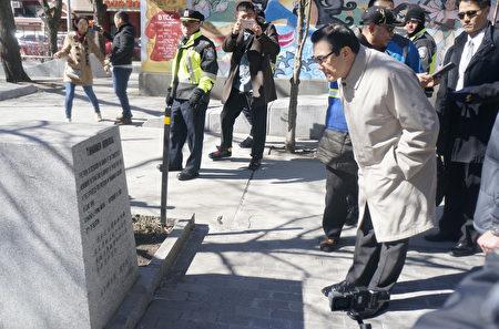 """马英九观看牌楼旁的""""六四纪念碑""""。(廖述祥/大纪元)"""