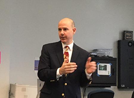 贝德福德高中副校长Bob Jozokos介绍在新罕布什尔州的教师招聘面谈需知。(王月娥/大纪元)