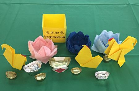 王明德老师教做的折纸——公鸡/母鸡和莲花。(王月娥/大纪元)