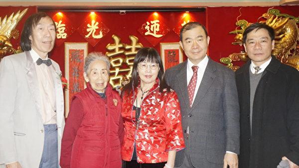 龙冈公司联欢会,欧宏伟主任(右一)、陈铭俊副处长(右二)、刘小芸(中)和刘伯岳(左一)合影。(廖述祥/大纪元)