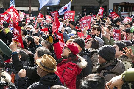 韓國憲法法院今(10)日11時對總統彈劾案進行宣判,宣布罷免朴槿惠的總統職務。圖為當天韓國國民在憲法法院前聽聞宣判後歡呼的場面。(全景林/大紀元)