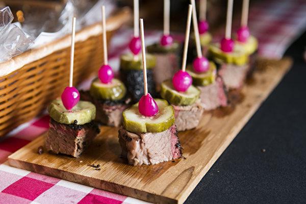 2015年,廚師Elizabeth Karmel 為女廚師&餐館業主會議製作的山核桃木燻制的牛胸肉。(Samira Bouaou/大紀元)