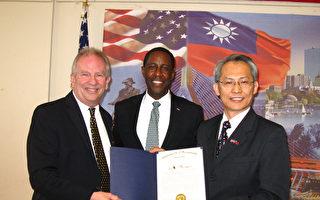 牛顿市长沃伦(Warren,中)致送波士顿侨教中心感谢状,由经文处处长赖铭琪(右)代表接受,左为牛顿市议员John Rice。(冯文鸾/大纪元)