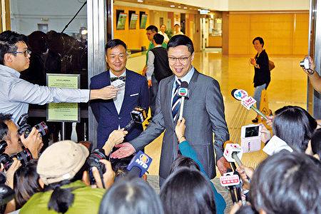 """陈志云(右一)官司长达7年,终审法院昨裁定其上诉得直。其好友演员王喜(右二)几乎每次都陪伴他上庭,被陈形容是""""天使""""之一。(大纪元资料图片)"""