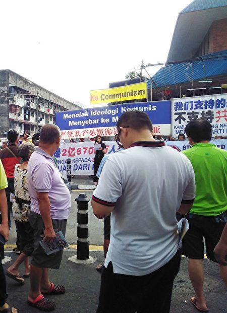 3月19日,马来西亚退党服务中心来到吉隆坡蕉赖友力花园早市举办集会活动,声援2亿670万三退勇士,吸引许多民众的关注。 (吴俐颖/大纪元)