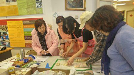 图:温哥华合家欢联谊会假台加文化中心举办烹饪课,由Joyce Liu老师手把手执教,学员人人动手,亲自制作DIY烘培美食。(邱晨/大纪元)