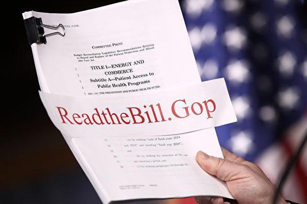 美共和党众议员上周提出替代奥巴马医保(ACA)的《美国健保法案》(AHCA),虽然废除ACA强制纳保规定,但容许保险公司向未持续购买健保的民众加收30%保费。(Win McNamee/Getty Images)
