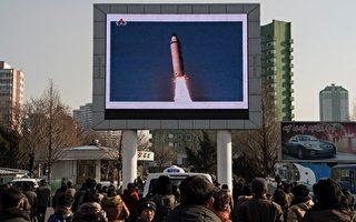 2017年2月13日平壤民眾觀看朝鮮發射導彈的報導。(KIM WON-JIN/AFP/Getty Images)