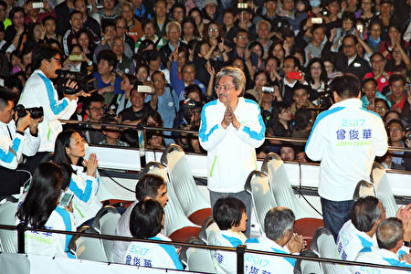 星期五,距离香港行政长官选举倒数二日,候选人曾俊华举行巴士巡游造势活动,所到之处都受到许多香港市民的欢迎和与他拍照留念。(李逸/大纪元)