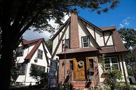 美国总统川普(特朗普)4岁前的童年故居,上周四(3月23日)以拍卖价214万美元成交,买家身份保密,据说是一名中国女士。(Drew Angerer/Getty Images)