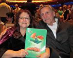Julie Mueller女士和先生John Mueller一起观看了神韵演出。(梁欣/大纪元)