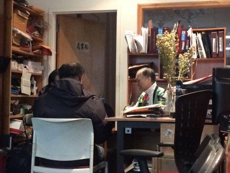 受害人L先生17日到联成公所求助,联成顾问赵文笙(右)表示,境外电话诈骗,很难追回款项。他希望民众若接获类似电话,不要轻信中大奖,是为关键。