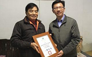 宜蘭縣環保局周錫福局長(右)於3月6日致贈感謝狀給游泳林里長(左)。(宜蘭縣環保局提供)
