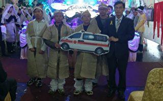宜蘭縣消防局長徐松奕第一次在公祭典禮上,接受王吳素梅家屬捐贈救護車。(宜蘭消防局提供)