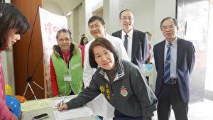 苗栗副县长邓桂菊响应器官捐赠签署,希望有更多人加入爱心接力,延续生命意义,帮助有需要的人。(苗县府/提供)