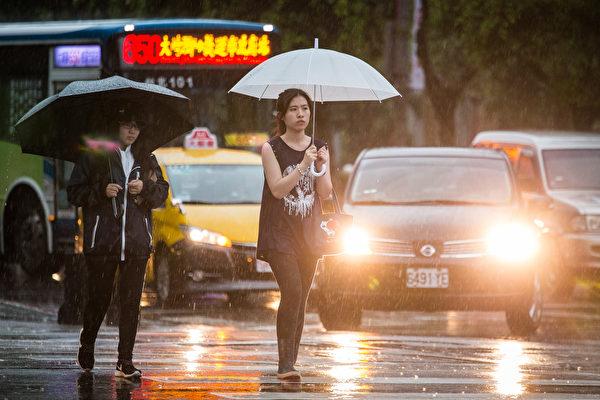 天氣轉溼冷,北台灣大幅降溫,週三晚至週日大幅降溫,氣溫低探13至14度。(陳柏州/大紀元)