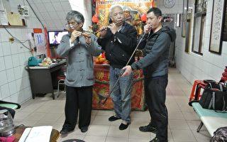 理事长林周平(中)、总干事马水城与财务长陈进财(右)把玩当年国乐社乐器。(周美晴/大纪元)