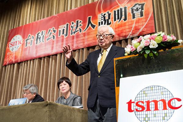 台積電董事長張忠謀(右)表示,目前並無赴美投資設廠計畫。圖為台積電法人說明會。(陳柏州/大紀元)