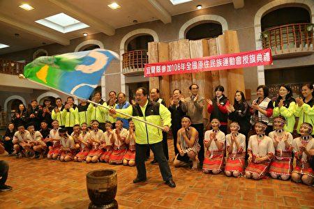 宜兰县体育会蔡理事长辉龙接旗后挥旗。 ( 宜兰县政府 提供)