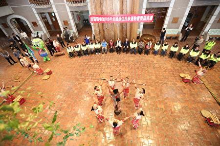 大同国中学生于典礼中表演原住民舞蹈。 ( 宜兰县政府 提供)